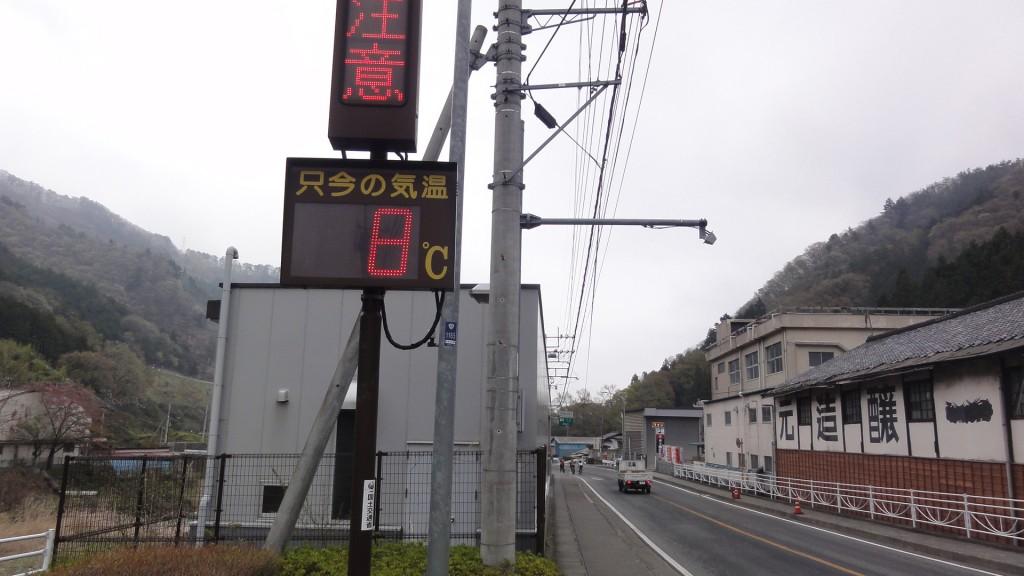 笹子駅付近の気温は8度。ほとんど気温が上がっていない。