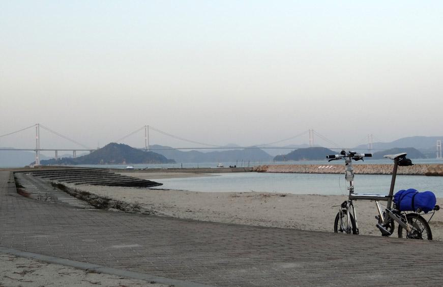 今治から来島海峡大橋を望む