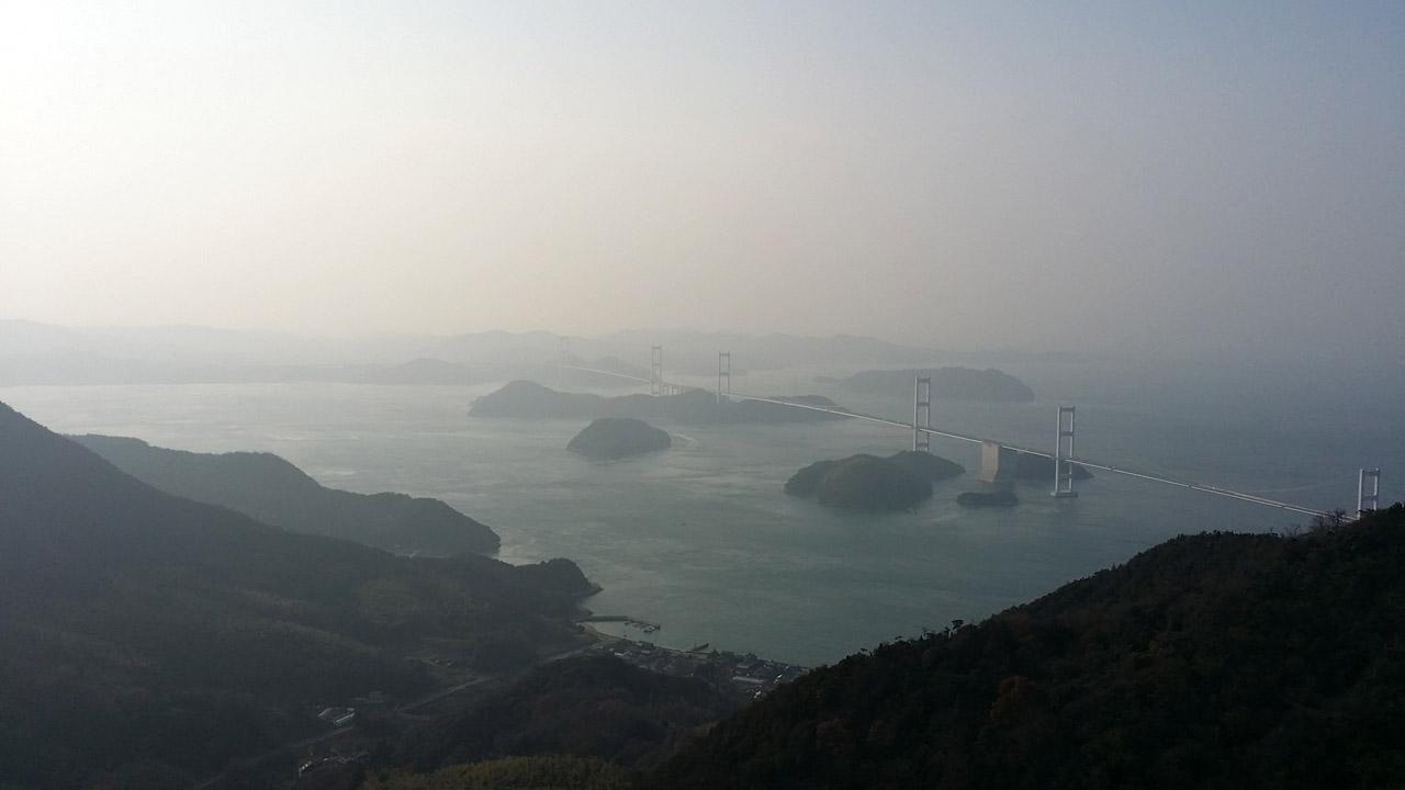 亀老山頂上から見た来島海峡大橋と「来島海峡の潮流」