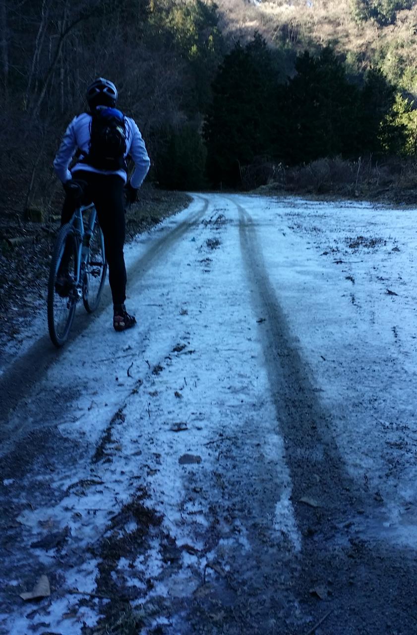 凍りついた滝ノ沢林道