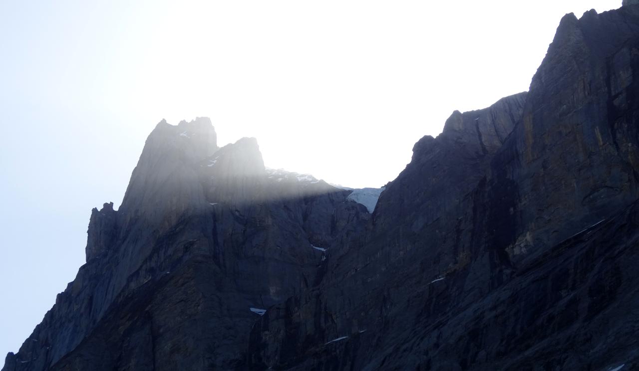 岩壁の向こうから陽が上がってきた