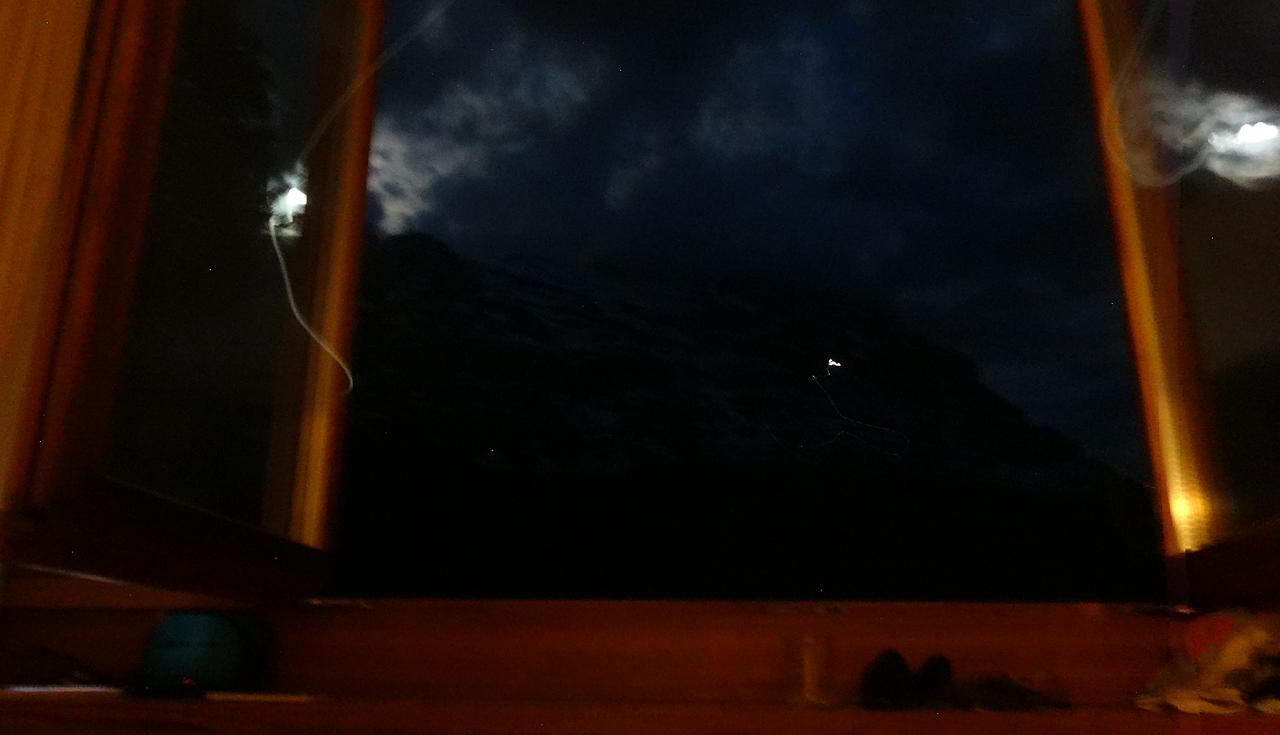 部屋の窓から見えるアイガー北壁