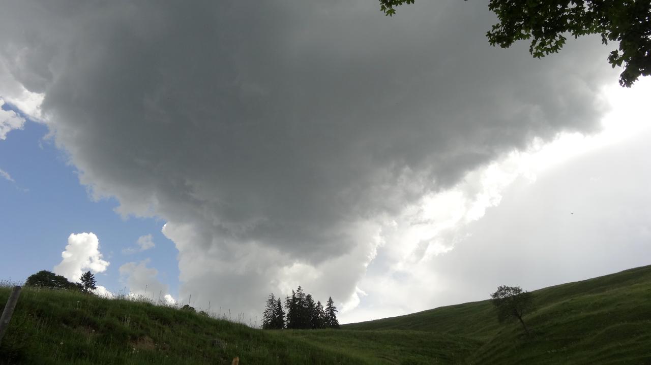 峠に近づくと雲行きが怪しくなった