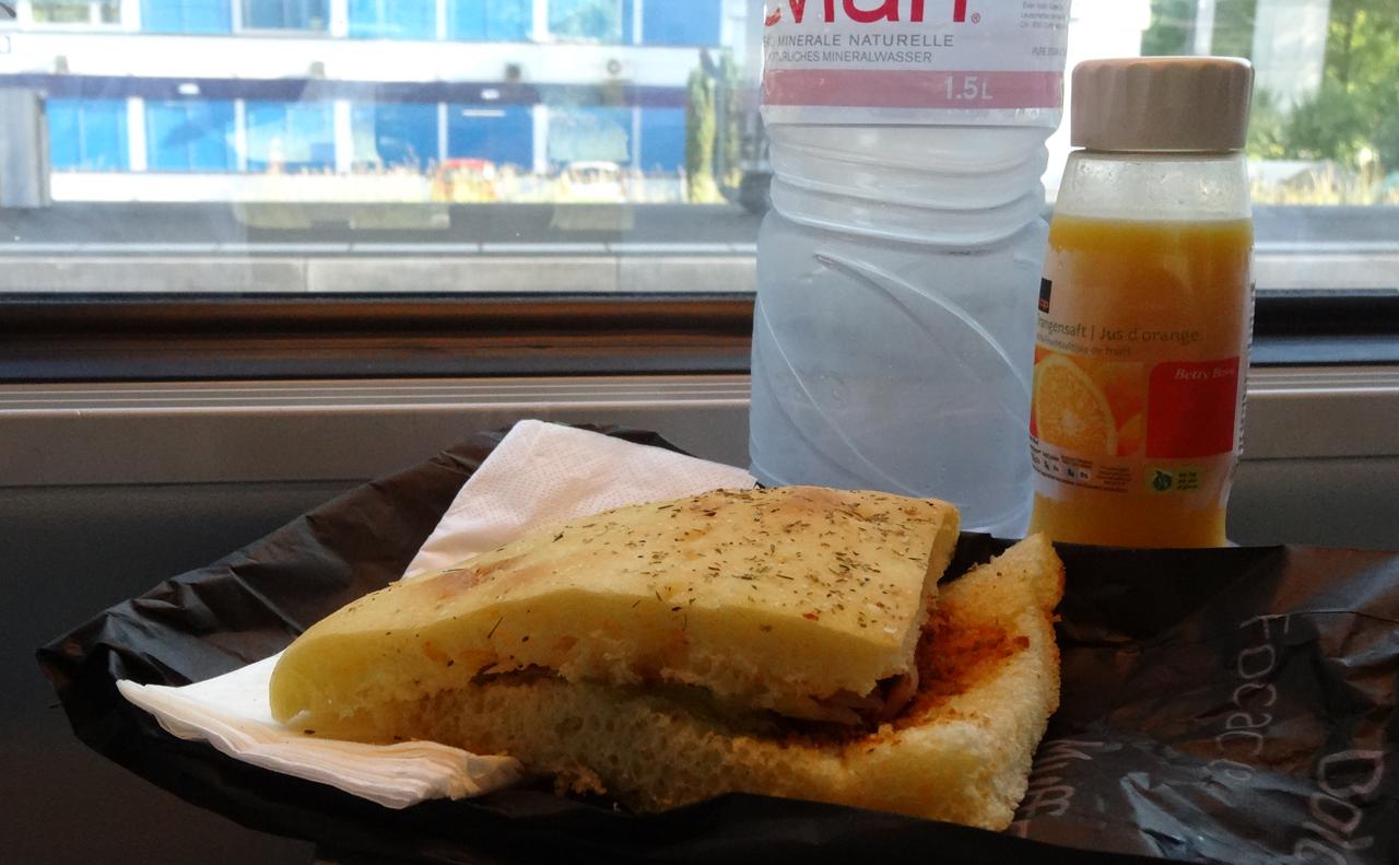 朝食は駅で買ったパン