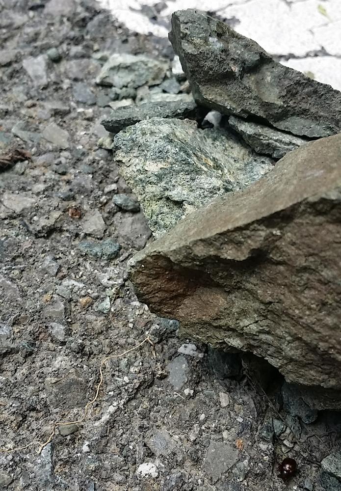 尖った落石
