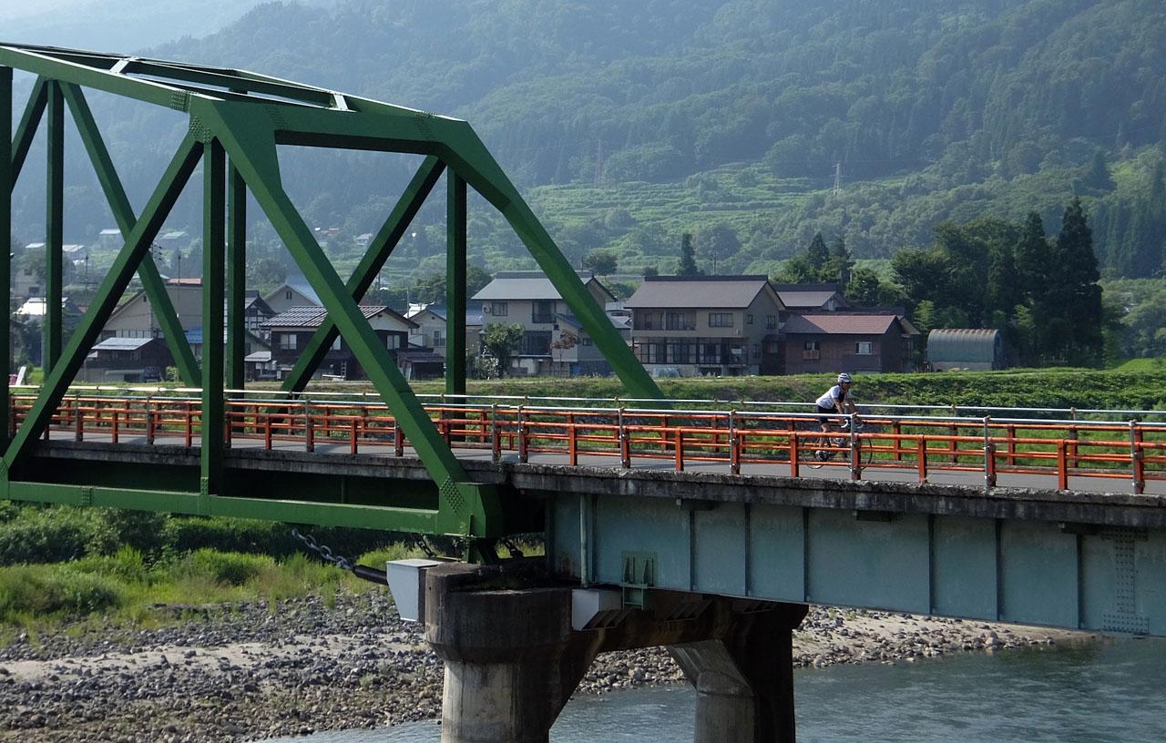 百合居橋を渡る びんさん撮影