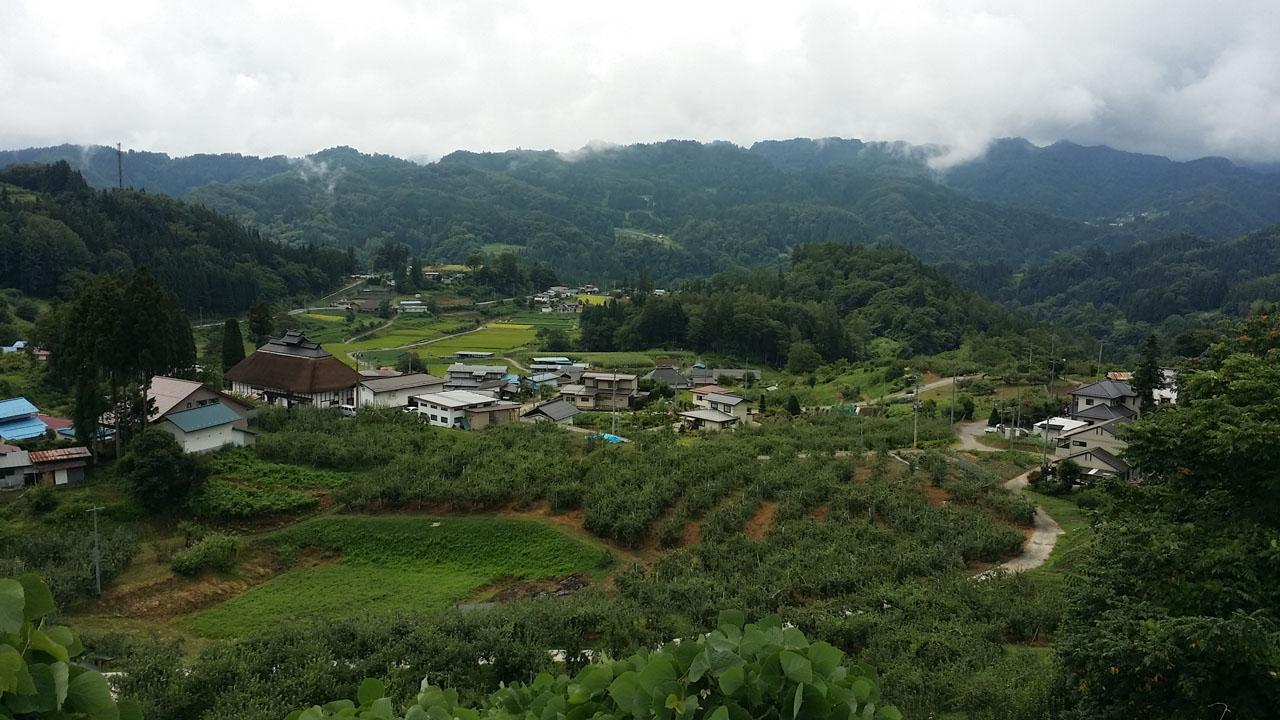 小川村ビューポイント 晴れていれば雲の向こうにアルプスがそびえ立つ