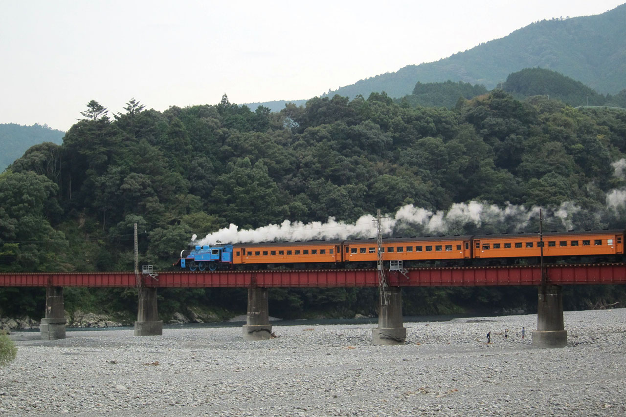 川湯温泉笹間駅近くの鉄橋を通過するSLトーマス13号 でっちーさん撮影