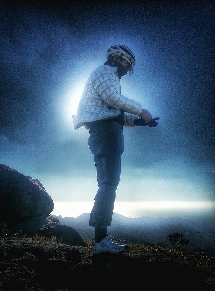 仁科峠の天辺に立ってダウンヒルの支度をする ごっちゃん撮影