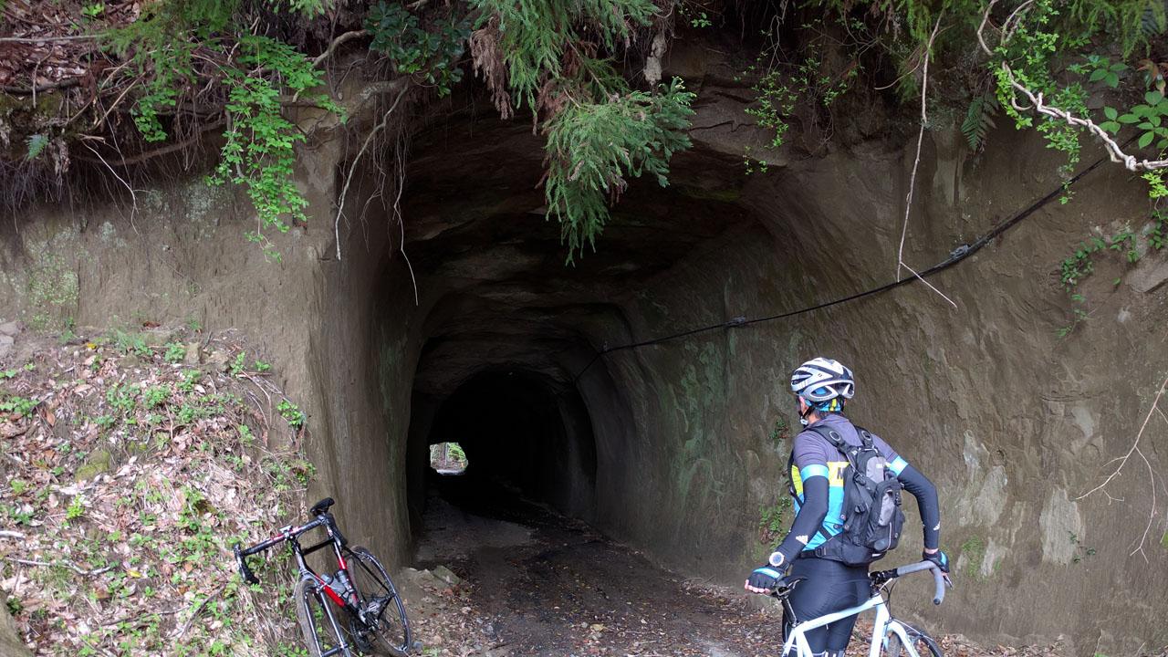 壁が砂でできたトンネル