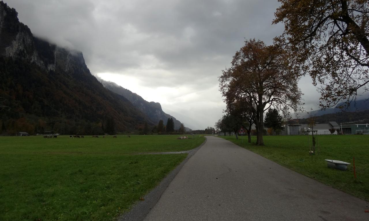 マイリンゲン(Meiringen)からブリエンツ湖(Brienzesee)への平らな道
