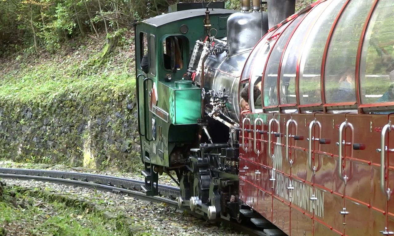 急勾配を駆け上がる機関車